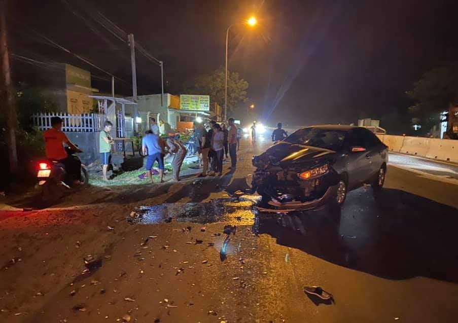 Xe máy bốc cháy, nạn nhân lìa chân sau tai nạn với ôtô trên Quốc lộ 1 - Ảnh 1.