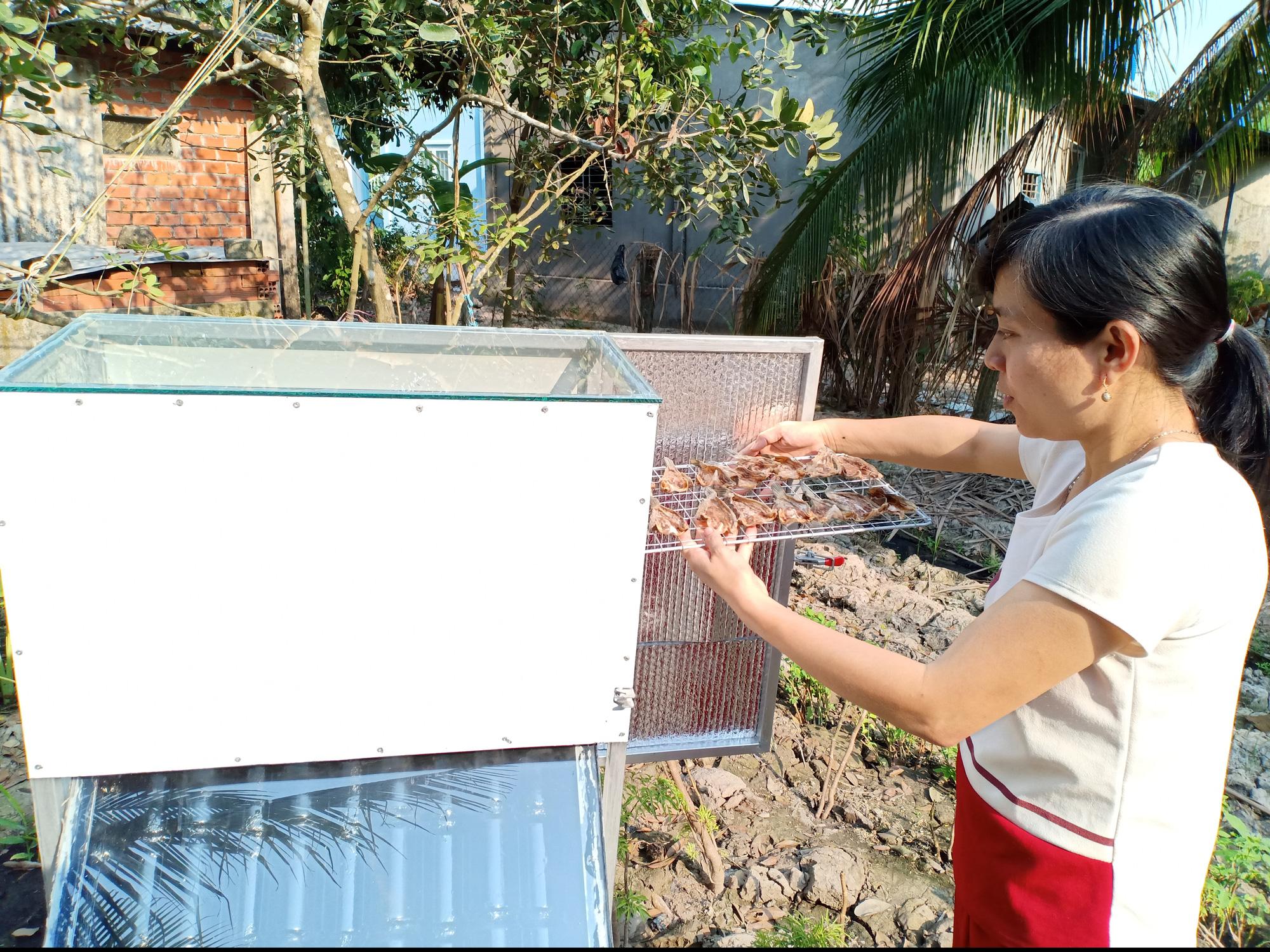 Kiên Giang: Một cô giáo làng sáng chế máy sấy tự động, sấy rau, củ, quả, cá, càng nắng to sấy càng mau khô - Ảnh 1.