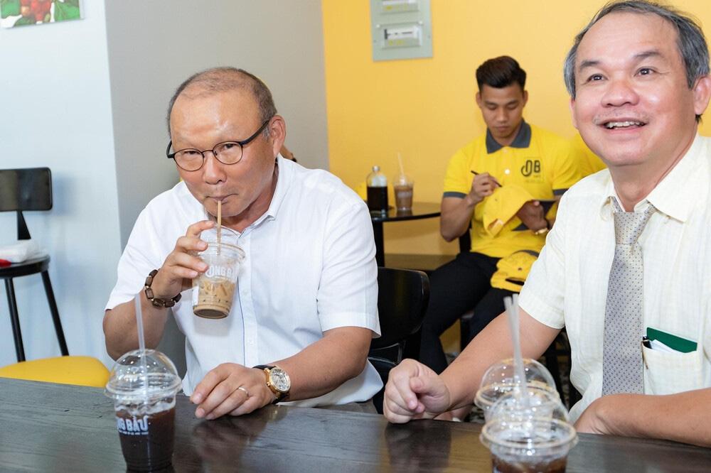 Vì sao khi căng thẳng, thầy Park có thể uống tới 10 ly cà phê? - Ảnh 1.