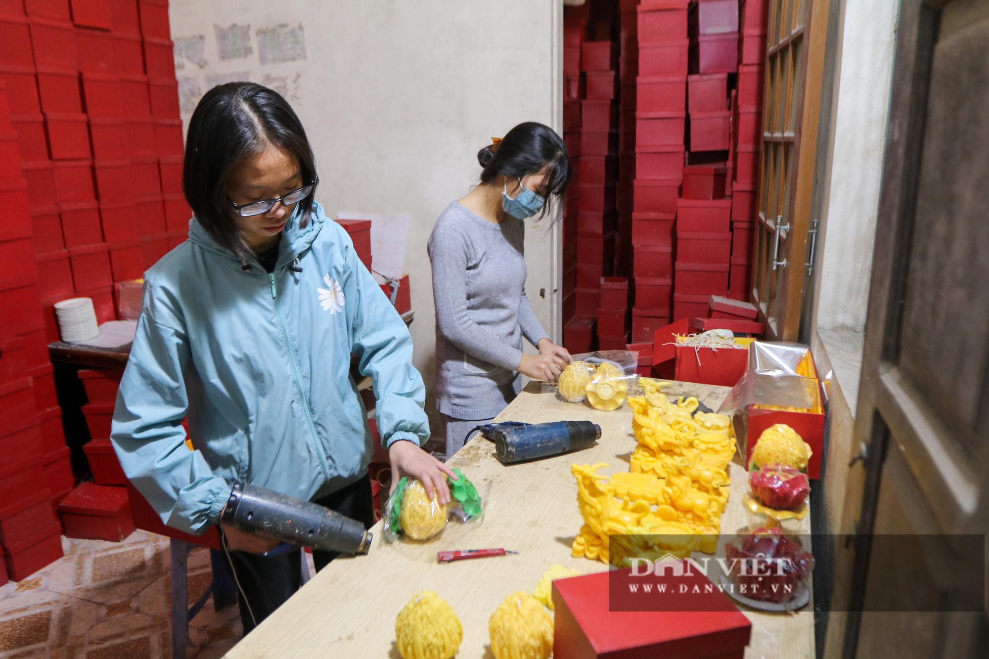 Độc đáo nến trâu vàng hút người mua chơi Tết Tân Sửu - Ảnh 1.