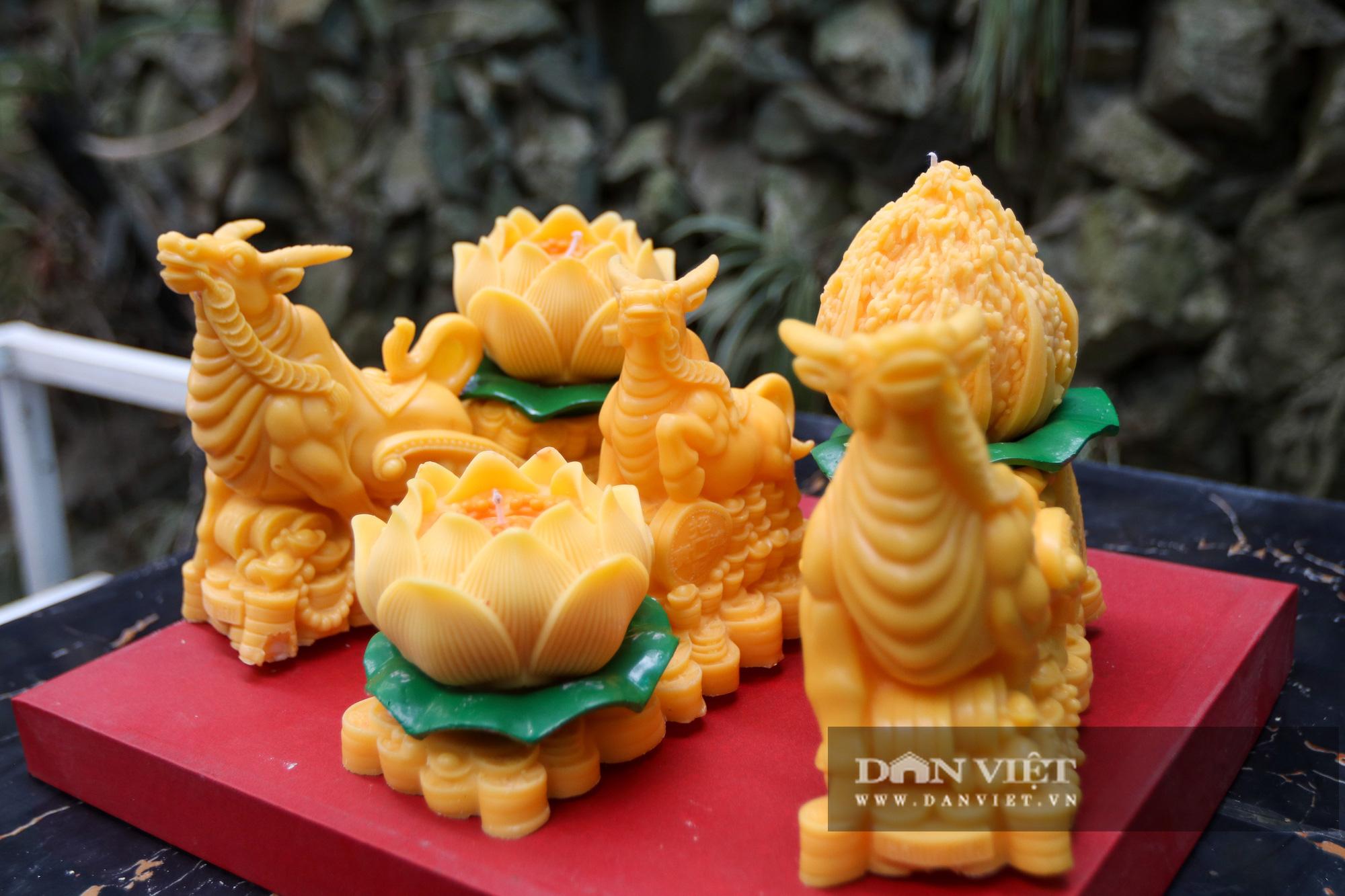 Độc đáo nến trâu vàng hút người mua chơi Tết Tân Sửu - Ảnh 2.