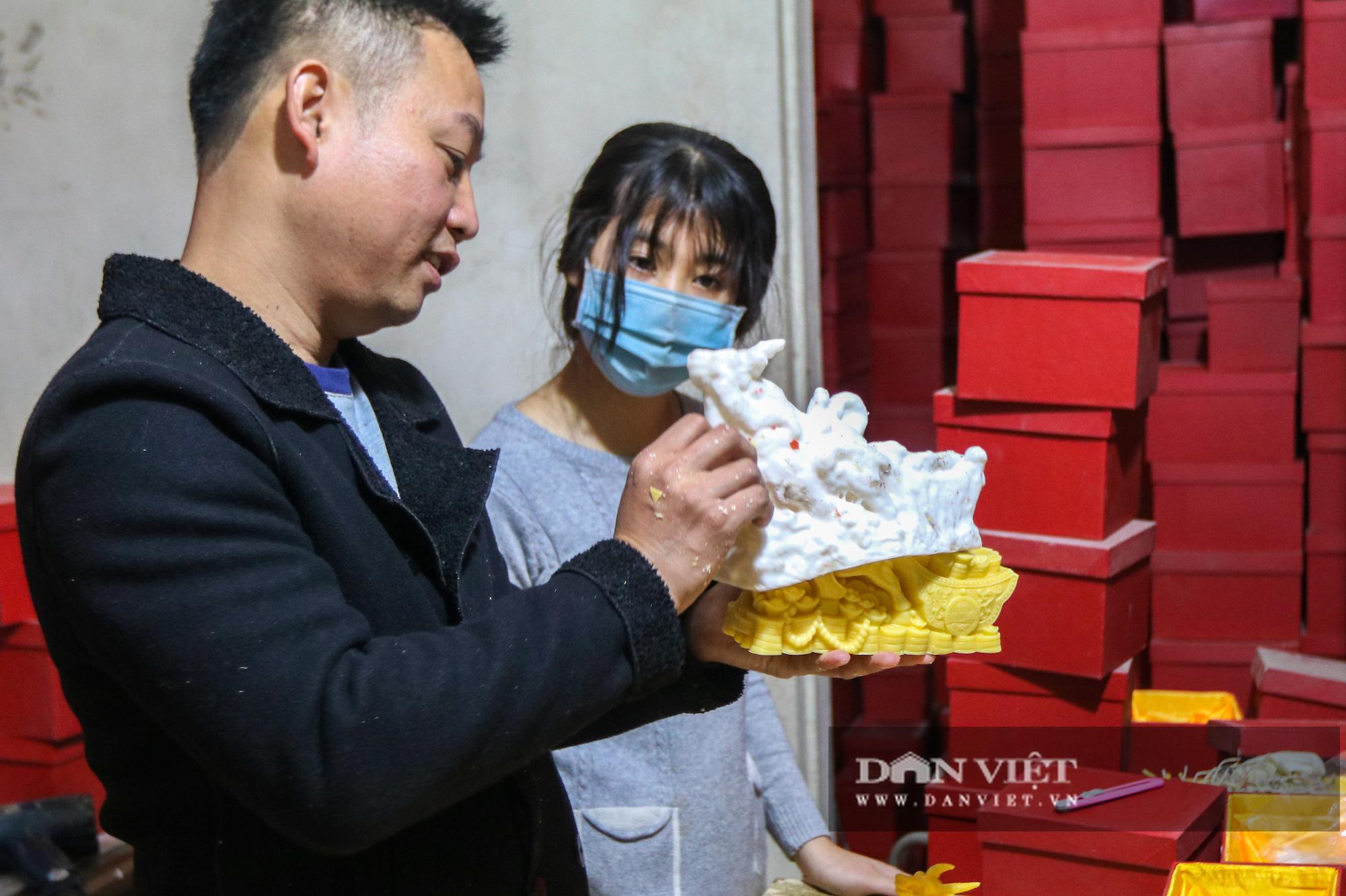Độc đáo nến trâu vàng hút người mua chơi Tết Tân Sửu - Ảnh 8.