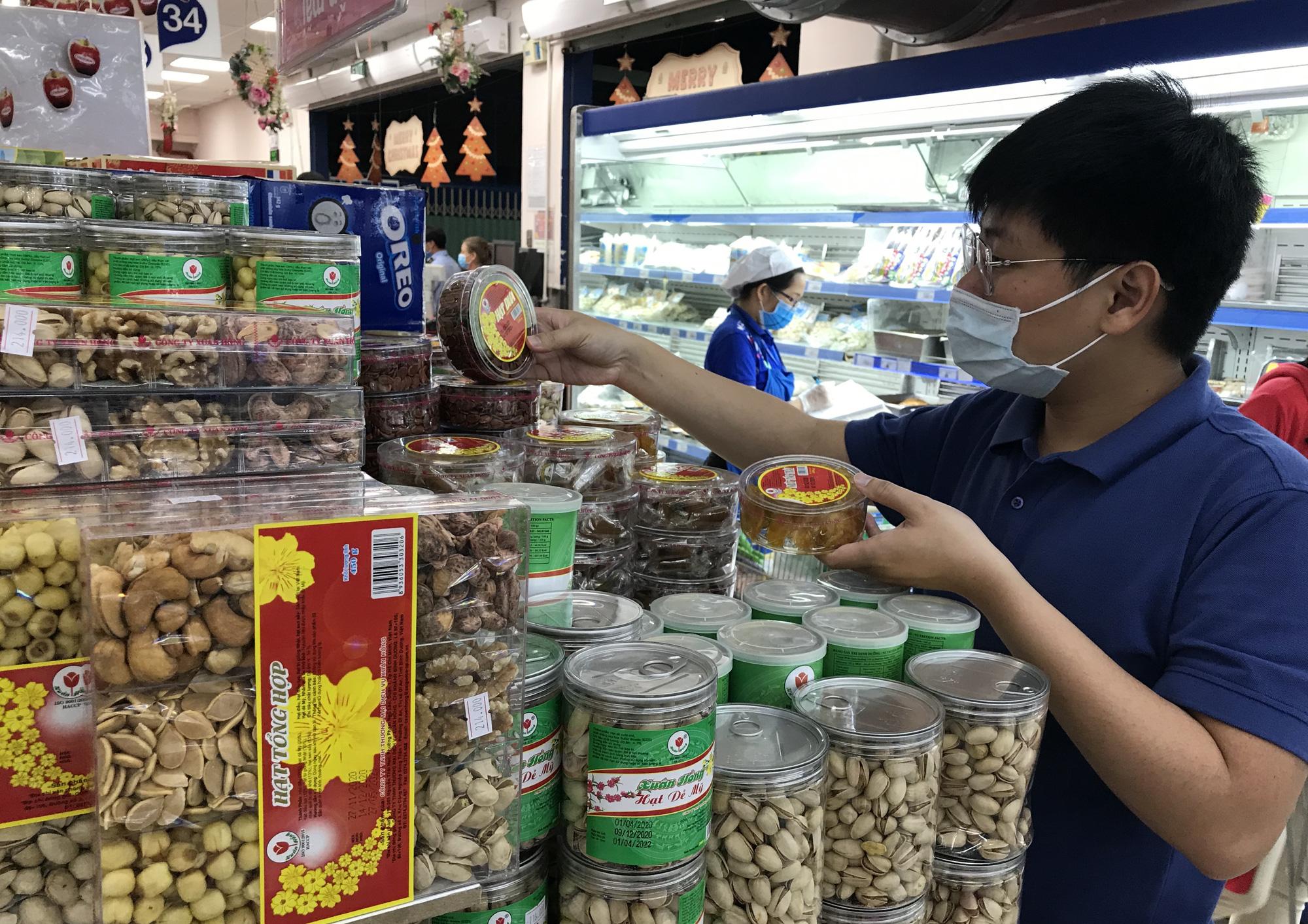 Hàng Tết đầy siêu thị, người dân mua sắm sớm - Ảnh 1.