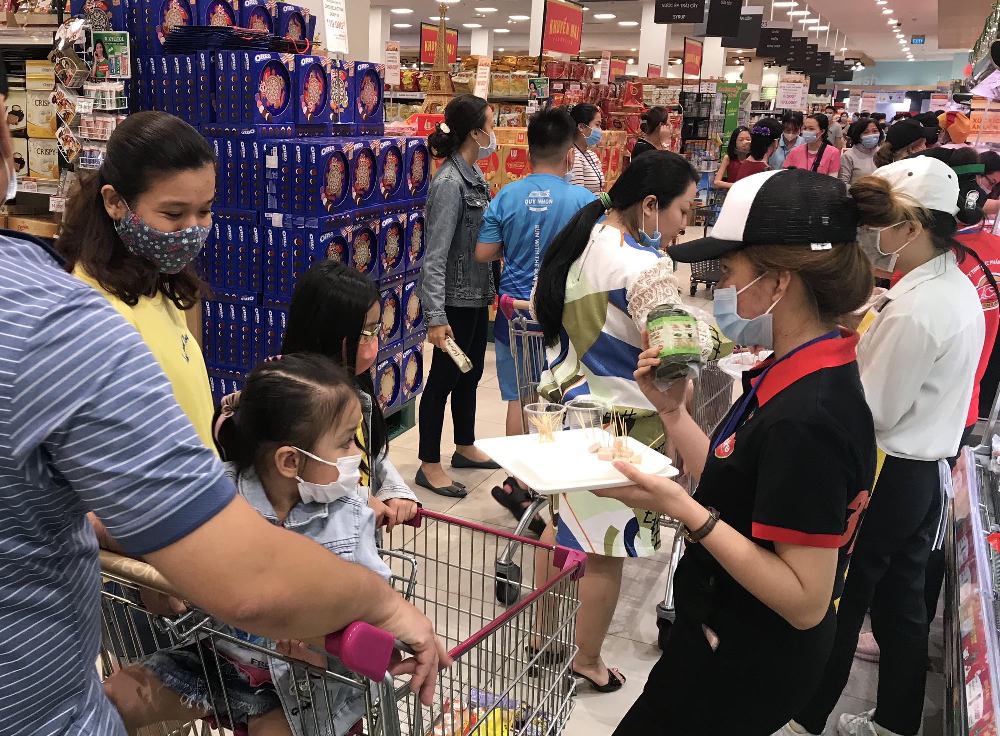 Hàng Tết đầy siêu thị, người dân mua sắm sớm - Ảnh 3.