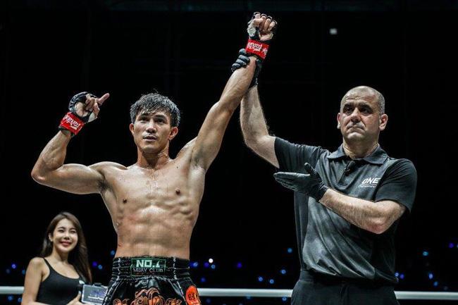 Đánh đối thủ gãy xương đùi, Nguyễn Trần Duy Nhất… bật khóc - Ảnh 1.