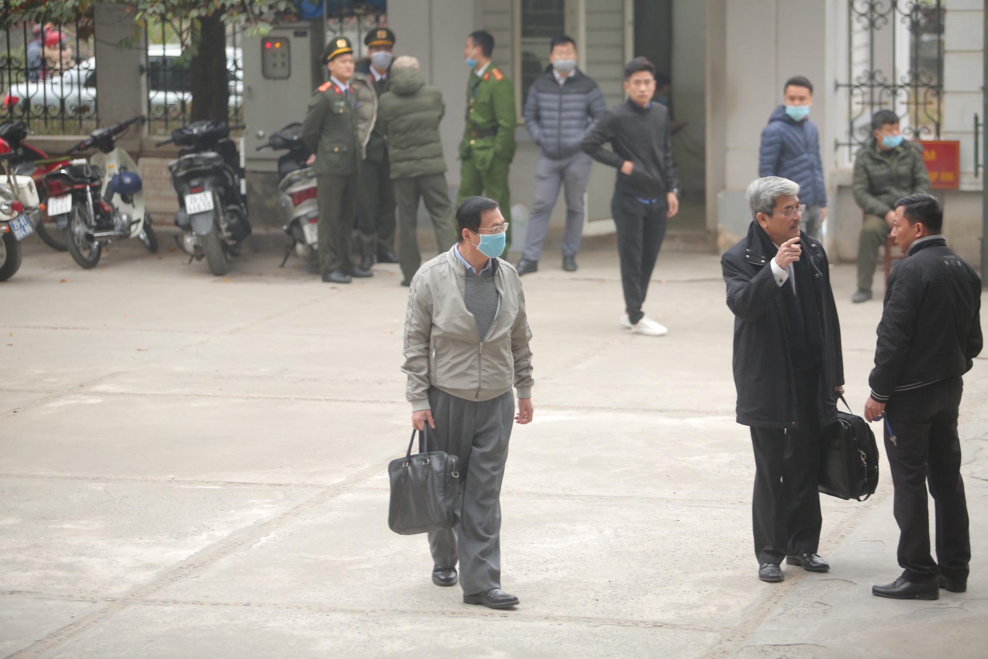 Cựu Bộ trưởng Vũ Huy Hoàng vịn cầu thang, nắm tay luật sư khi bước lên bậc thềm - Ảnh 3.