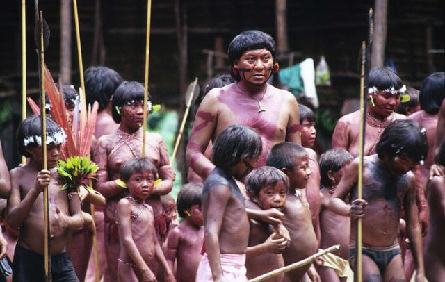 Bộ tộc sống biệt lập trong rừng sâu Amazon với những tập tục kỳ lạ, ghê rợn - Ảnh 1.