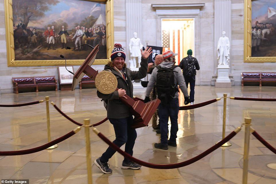 Những hình ảnh sốc về cảnh hỗn loạn trong tòa nhà Quốc hội Mỹ ngày xác nhận kết quả bầu cử  - Ảnh 10.