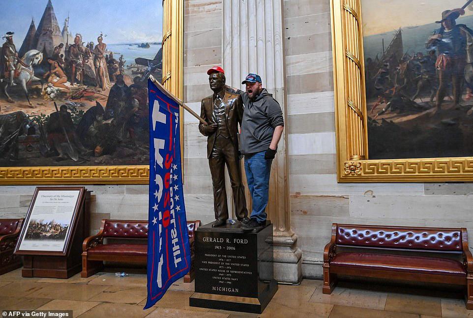 Những hình ảnh sốc về cảnh hỗn loạn trong tòa nhà Quốc hội Mỹ ngày xác nhận kết quả bầu cử  - Ảnh 12.