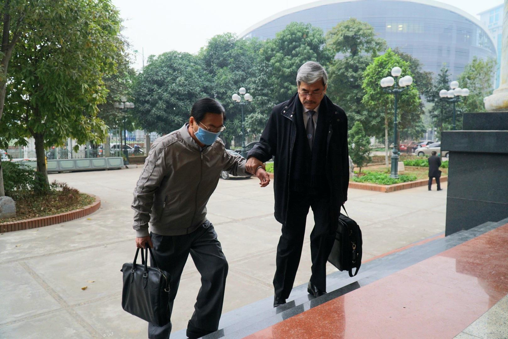 Cựu Bộ trưởng Vũ Huy Hoàng vịn cầu thang, nắm tay luật sư khi bước lên bậc thềm - Ảnh 4.