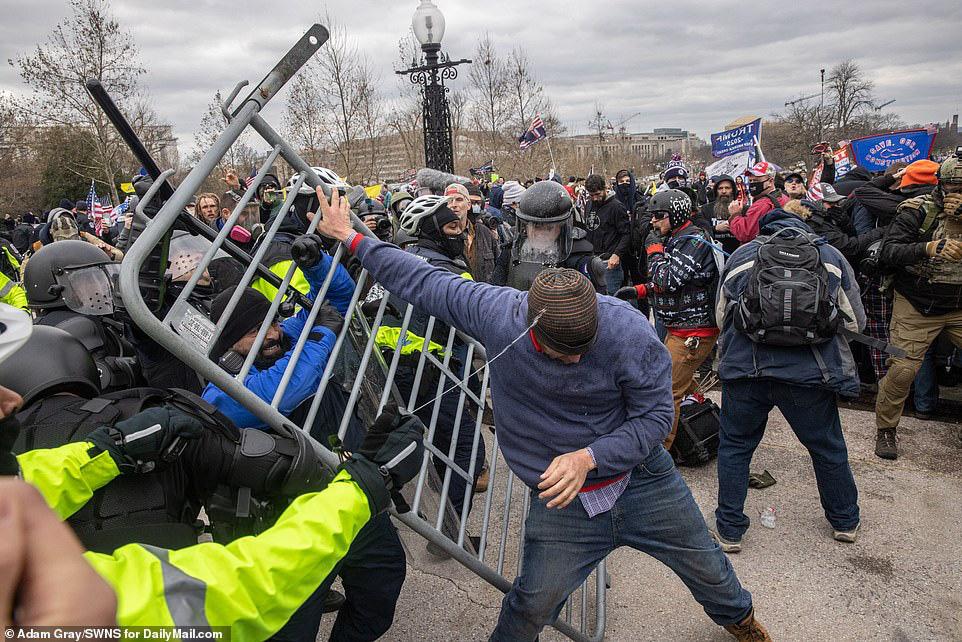 Những hình ảnh sốc về cảnh hỗn loạn trong tòa nhà Quốc hội Mỹ ngày xác nhận kết quả bầu cử  - Ảnh 14.