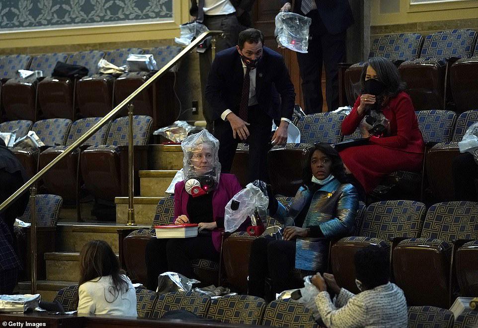 Những hình ảnh sốc về cảnh hỗn loạn trong tòa nhà Quốc hội Mỹ ngày xác nhận kết quả bầu cử  - Ảnh 15.