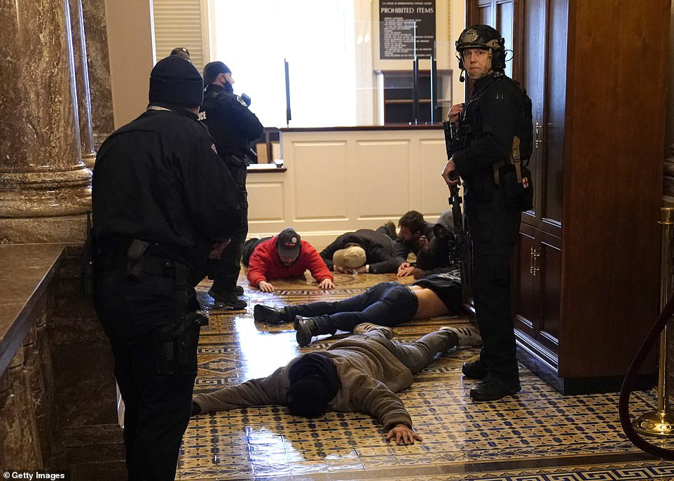 Những hình ảnh sốc về cảnh hỗn loạn trong tòa nhà Quốc hội Mỹ ngày xác nhận kết quả bầu cử  - Ảnh 16.