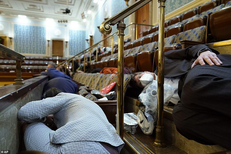 Những hình ảnh sốc về cảnh hỗn loạn trong tòa nhà Quốc hội Mỹ ngày xác nhận kết quả bầu cử  - Ảnh 17.