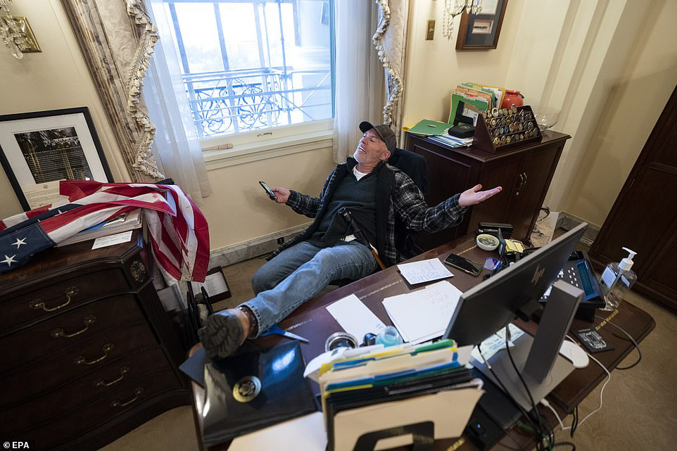 Những hình ảnh sốc về cảnh hỗn loạn trong tòa nhà Quốc hội Mỹ ngày xác nhận kết quả bầu cử  - Ảnh 19.