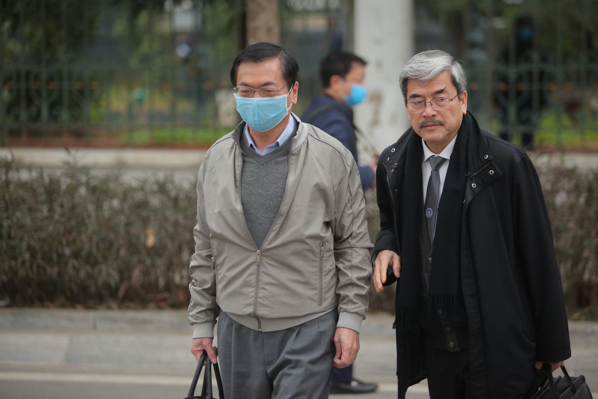 Cựu Bộ trưởng Vũ Huy Hoàng vịn cầu thang, nắm tay luật sư khi bước lên bậc thềm - Ảnh 2.