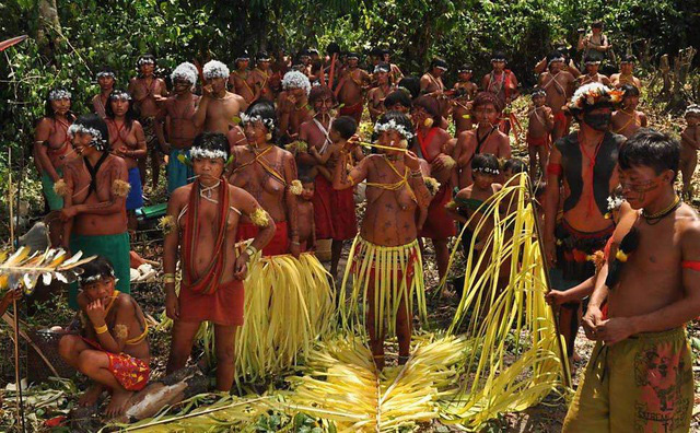 Bộ tộc sống biệt lập trong rừng sâu Amazon với những tập tục kỳ lạ, ghê rợn - Ảnh 2.