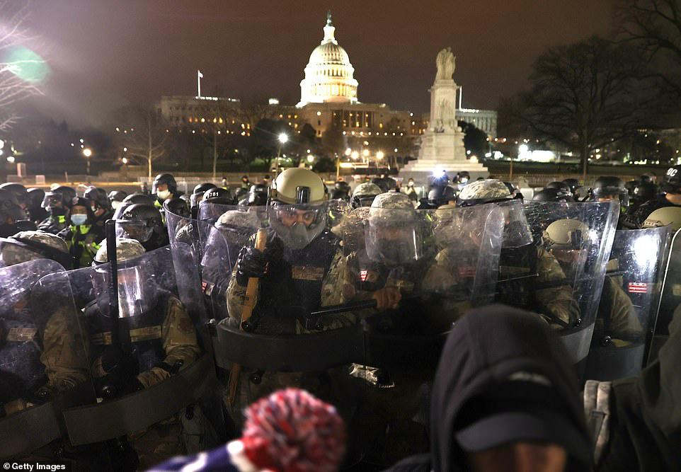 Những hình ảnh sốc về cảnh hỗn loạn trong tòa nhà Quốc hội Mỹ ngày xác nhận kết quả bầu cử  - Ảnh 2.