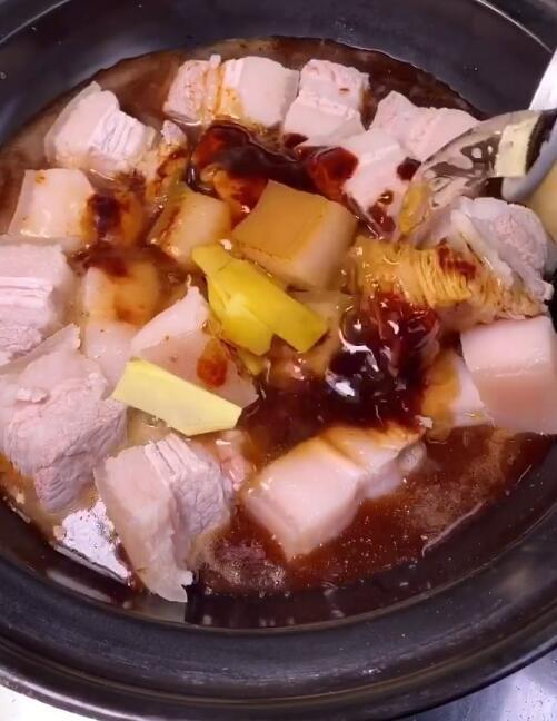 Cách nấu thịt lợn kho tại nhà đơn giản nhất với 4 bước  - Ảnh 4.