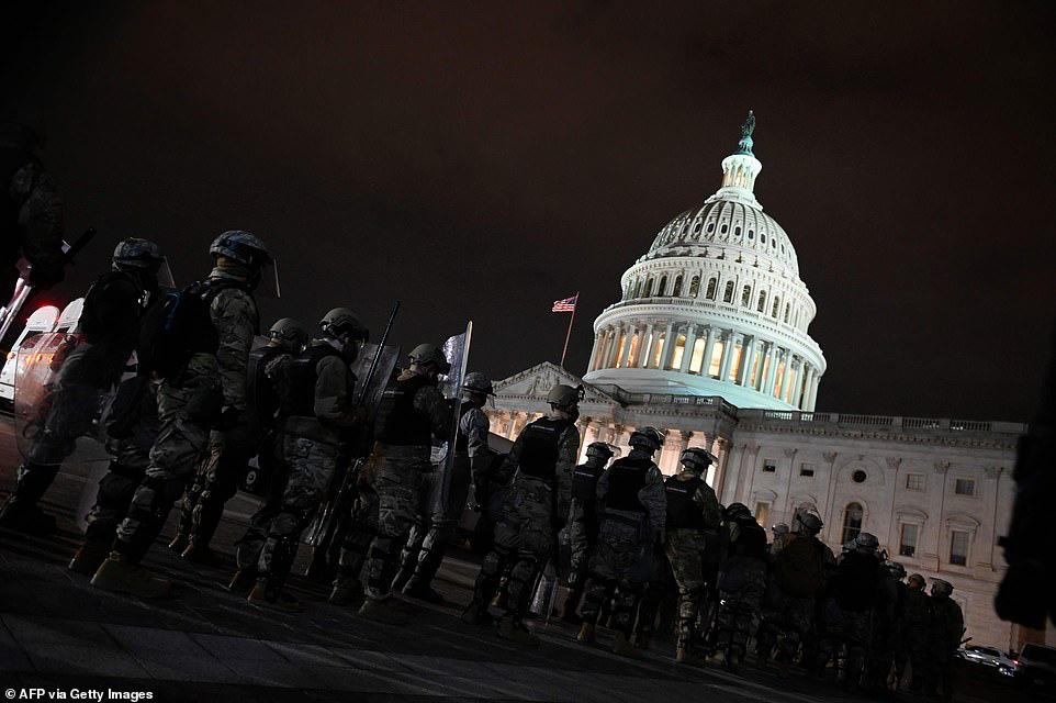 Những hình ảnh sốc về cảnh hỗn loạn trong tòa nhà Quốc hội Mỹ ngày xác nhận kết quả bầu cử  - Ảnh 3.