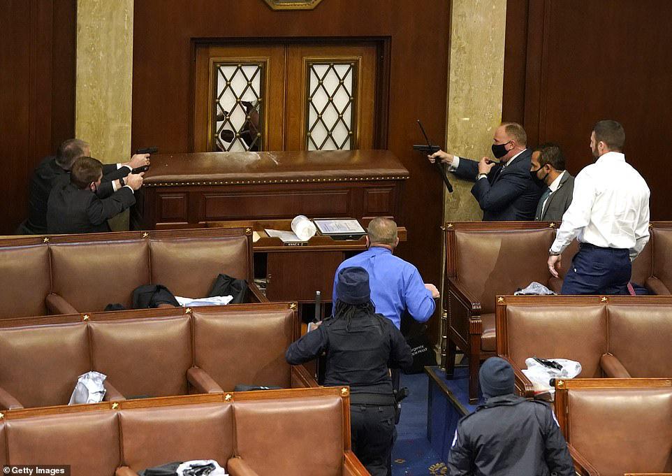 Những hình ảnh sốc về cảnh hỗn loạn trong tòa nhà Quốc hội Mỹ ngày xác nhận kết quả bầu cử  - Ảnh 4.