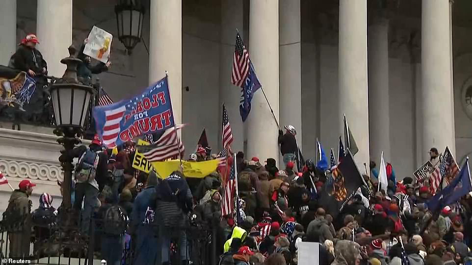 Những hình ảnh sốc về cảnh hỗn loạn trong tòa nhà Quốc hội Mỹ ngày xác nhận kết quả bầu cử  - Ảnh 5.