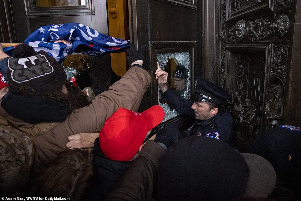 Những hình ảnh sốc về cảnh hỗn loạn trong tòa nhà Quốc hội Mỹ ngày xác nhận kết quả bầu cử  - Ảnh 7.