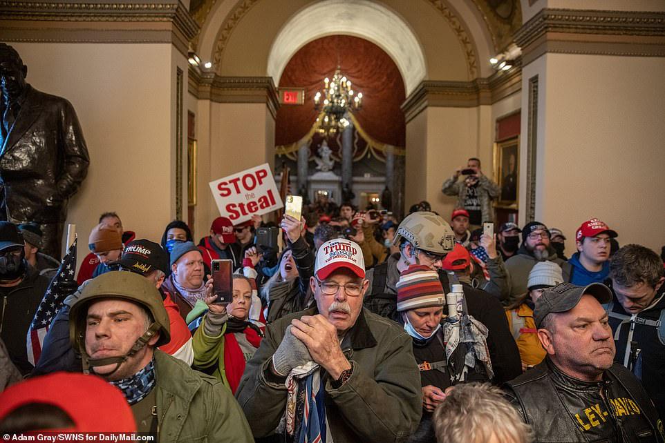 Những hình ảnh sốc về cảnh hỗn loạn trong tòa nhà Quốc hội Mỹ ngày xác nhận kết quả bầu cử  - Ảnh 8.