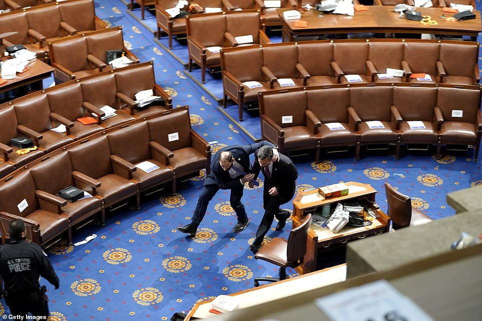 Những hình ảnh sốc về cảnh hỗn loạn trong tòa nhà Quốc hội Mỹ ngày xác nhận kết quả bầu cử  - Ảnh 9.