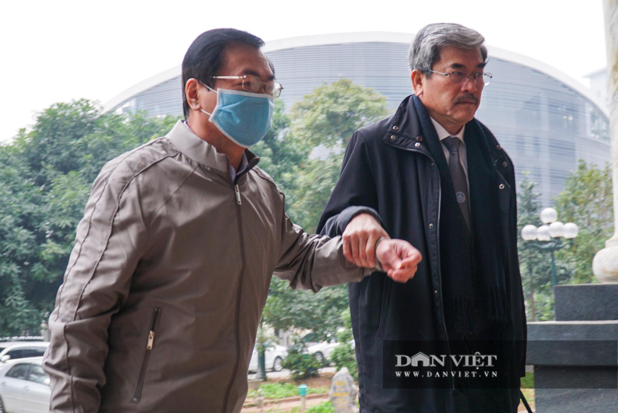 Cự Bộ trưởng Công thương nhờ luật sư dìu vào phiên tòa xét xử   - Ảnh 6.