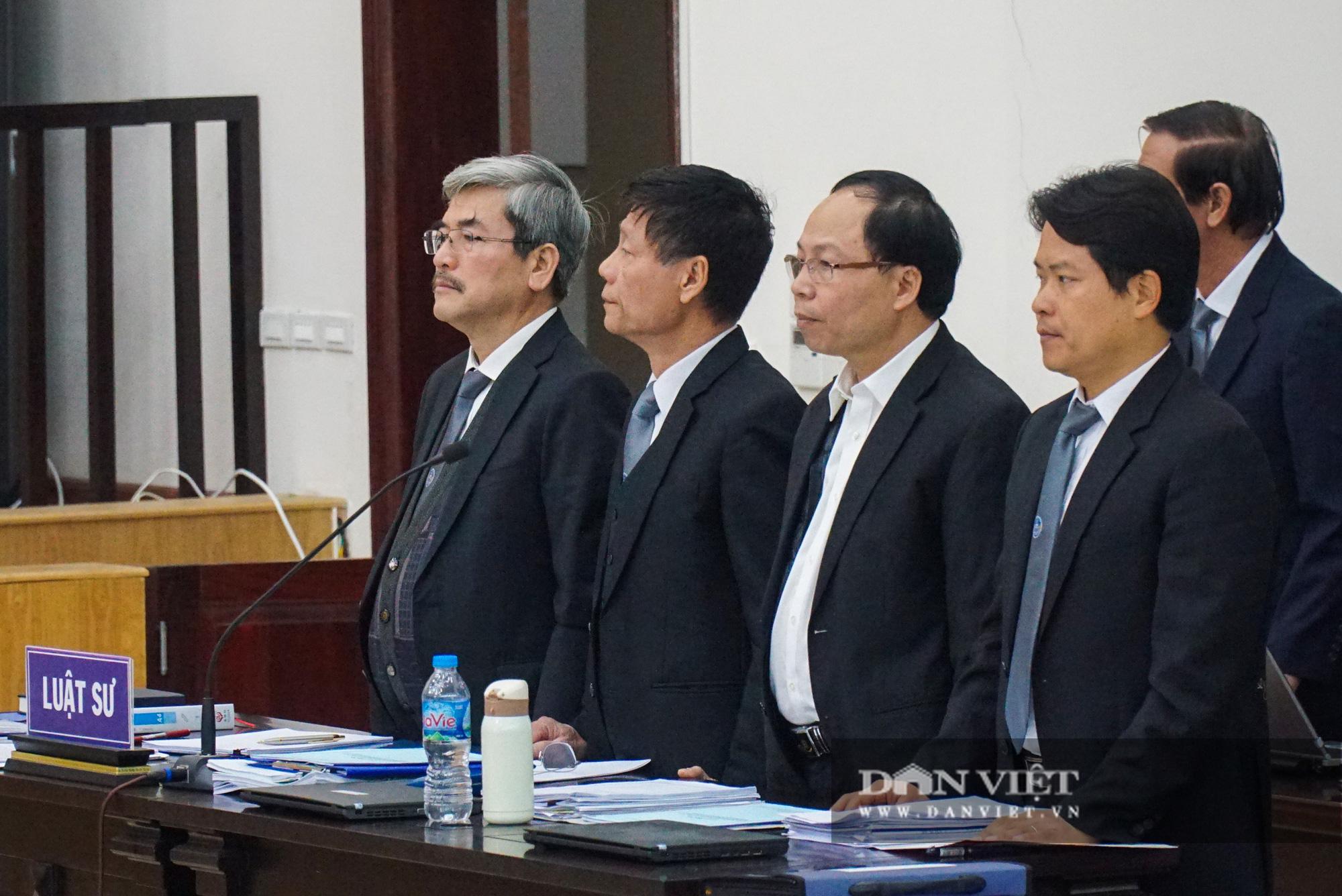 Cự Bộ trưởng Công thương nhờ luật sư dìu vào phiên tòa xét xử   - Ảnh 4.