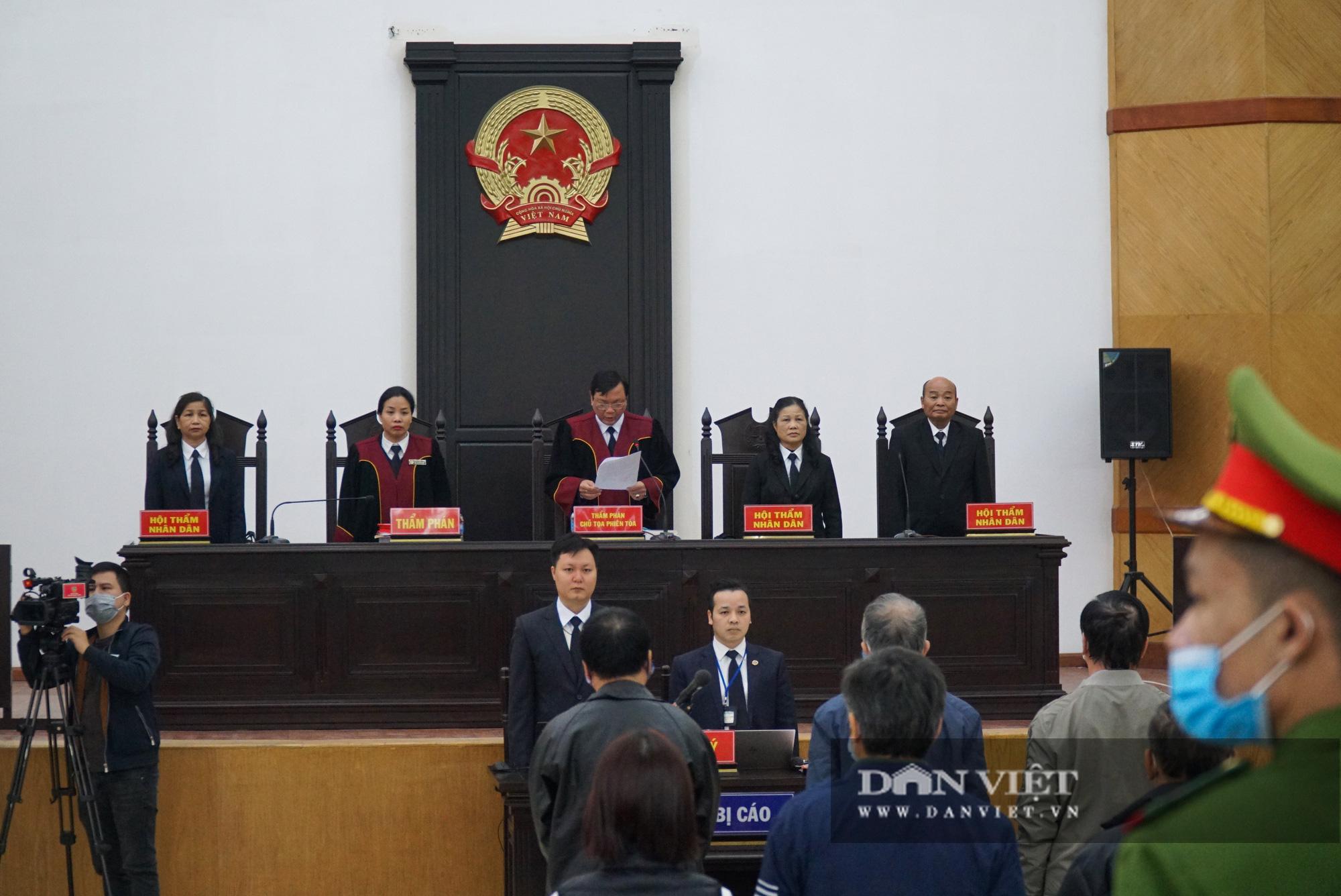 Cự Bộ trưởng Công thương nhờ luật sư dìu vào phiên tòa xét xử   - Ảnh 2.