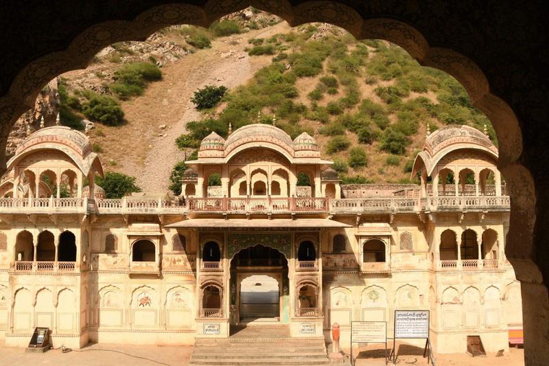 Ngôi đền cho khỉ đẹp tựa cung điện - Ảnh 1.