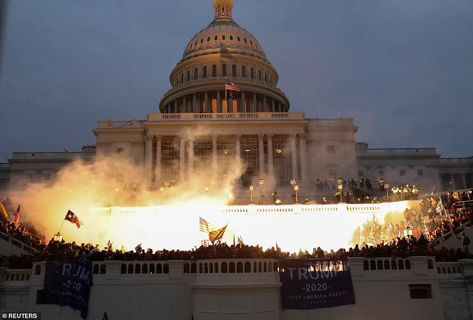 Những hình ảnh sốc về cảnh hỗn loạn trong tòa nhà Quốc hội Mỹ ngày xác nhận kết quả bầu cử  - Ảnh 1.
