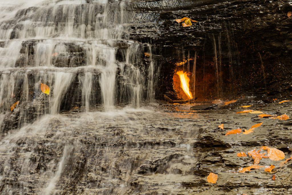 Điều gì xảy ra với ngọn lửa liên tục cháy trong thác nước? - Ảnh 1.