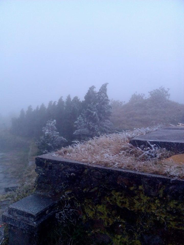 Nhiệt độ giảm sâu, băng giá phủ trắng Mẫu Sơn  - Ảnh 7.