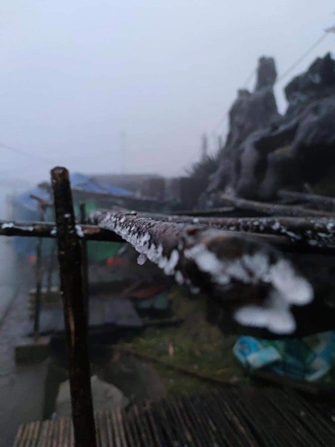 Nhiệt độ giảm sâu, băng giá phủ trắng Mẫu Sơn  - Ảnh 1.