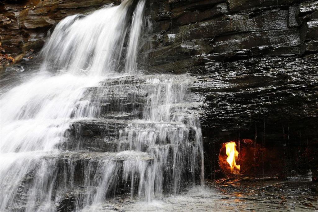 Điều gì xảy ra với ngọn lửa liên tục cháy trong thác nước? - Ảnh 2.