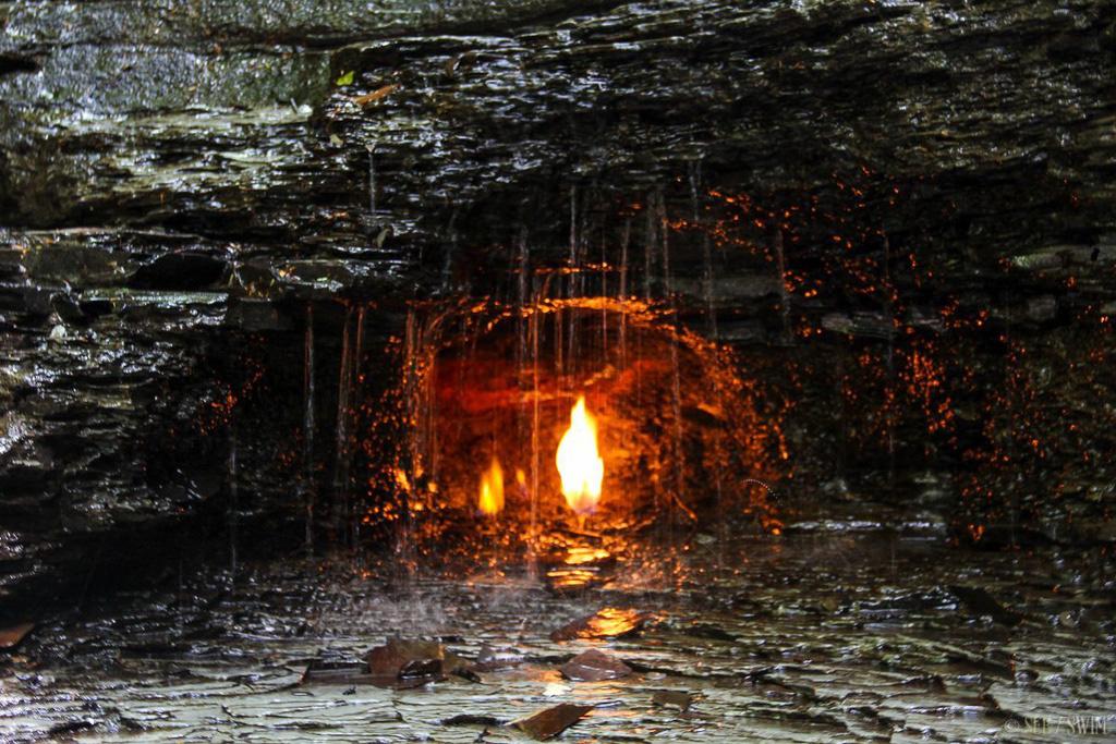 Điều gì xảy ra với ngọn lửa liên tục cháy trong thác nước? - Ảnh 4.