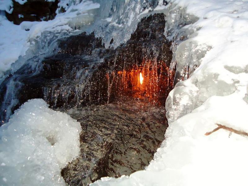 Điều gì xảy ra với ngọn lửa liên tục cháy trong thác nước? - Ảnh 5.