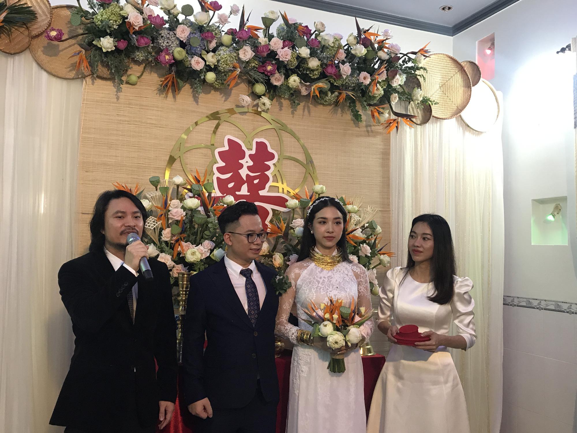 """""""Choáng"""" vì Á hậu Thúy An đeo vàng """"nặng trĩu"""" ngày cưới chồng tiến sĩ hơn 10 tuổi - Ảnh 10."""