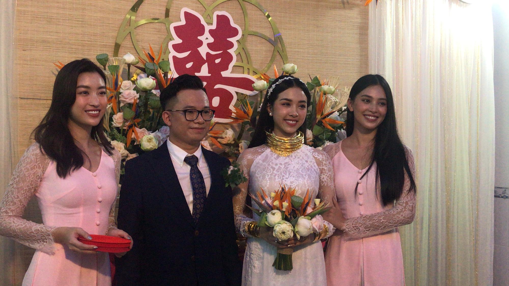 """""""Choáng"""" vì Á hậu Thúy An đeo vàng """"nặng trĩu"""" ngày cưới chồng tiến sĩ hơn 10 tuổi - Ảnh 1."""