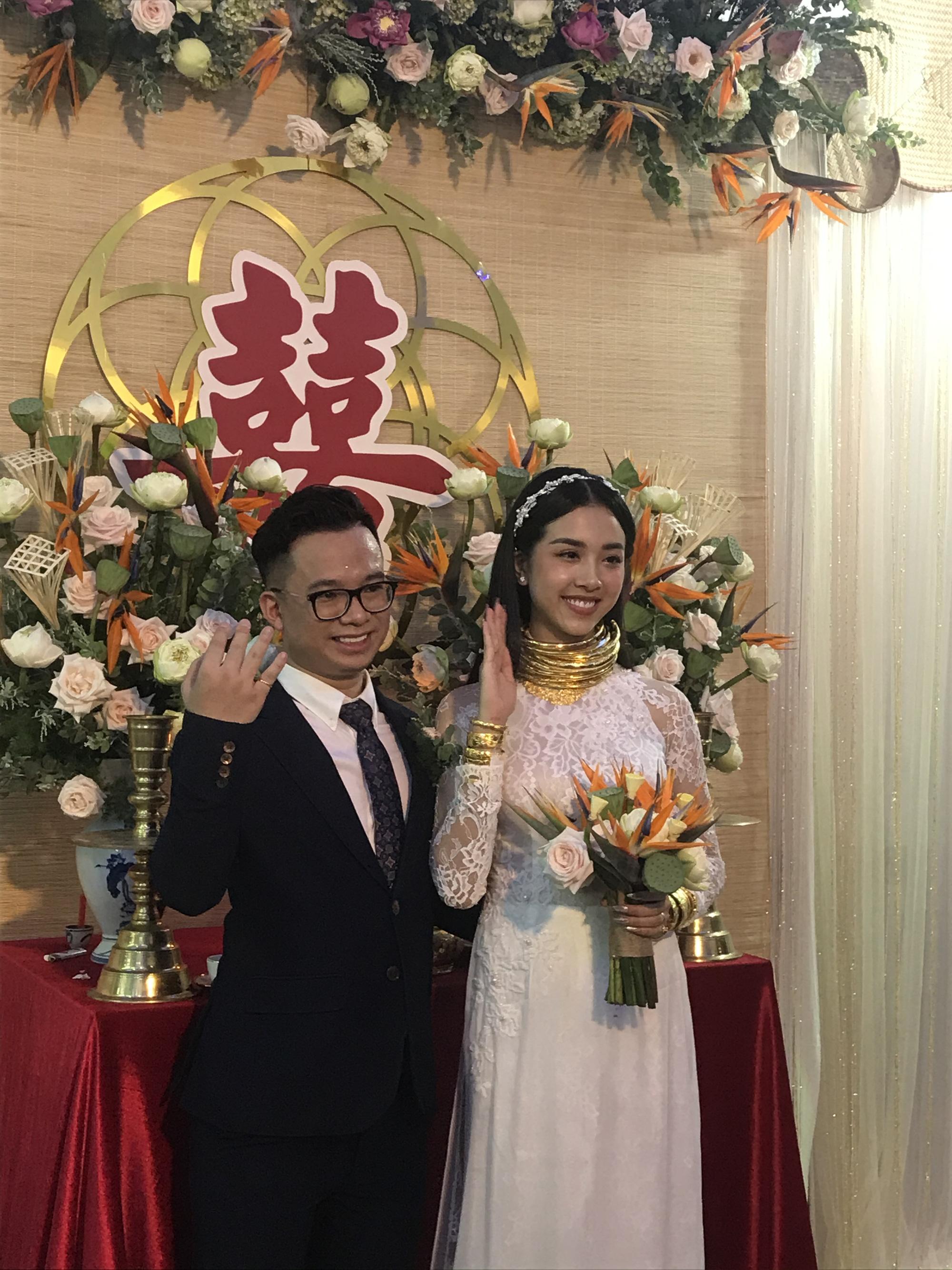 """""""Choáng"""" vì Á hậu Thúy An đeo vàng """"nặng trĩu"""" ngày cưới chồng tiến sĩ hơn 10 tuổi - Ảnh 14."""