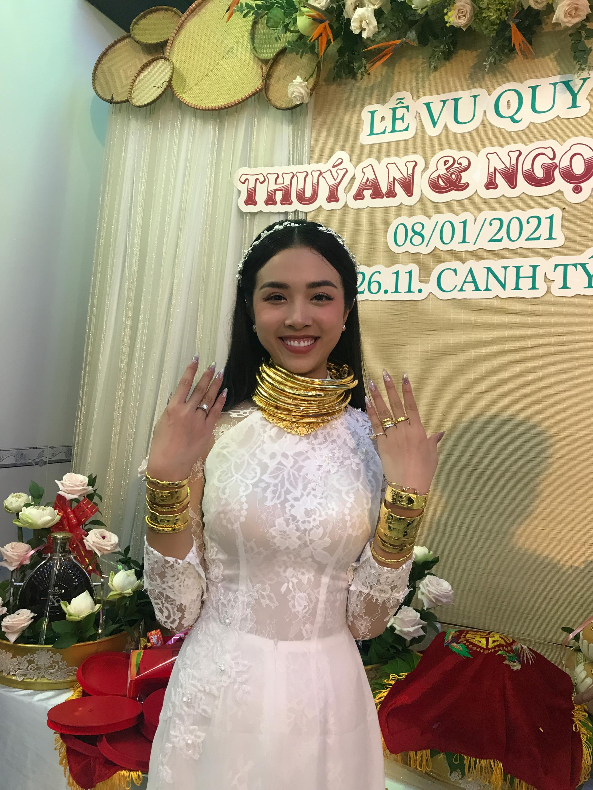 """""""Choáng"""" vì Á hậu Thúy An đeo vàng """"nặng trĩu"""" ngày cưới chồng tiến sĩ hơn 10 tuổi - Ảnh 12."""