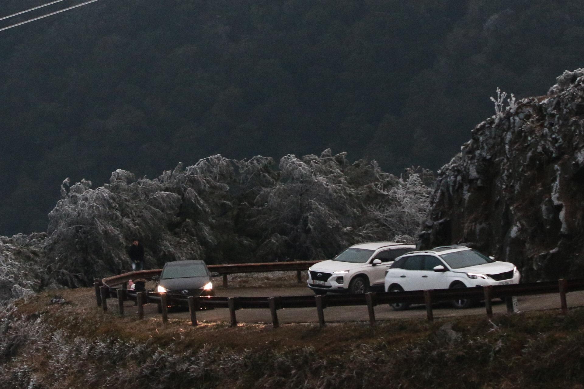 ẢNH: Nhiều người lên đỉnh Mẫu Sơn xem băng tuyết gây ùn tắc giao thông - Ảnh 6.