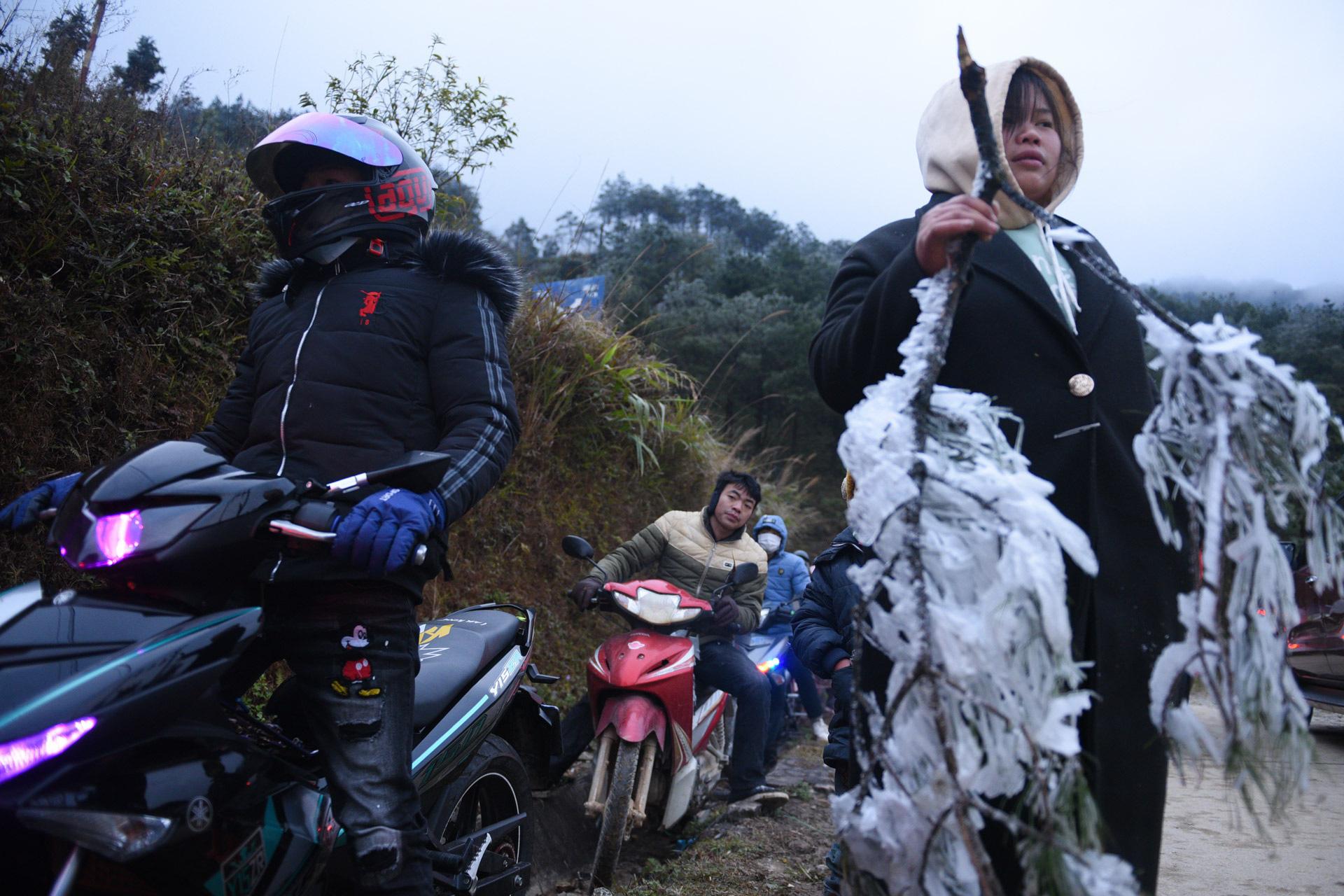 ẢNH: Nhiều người lên đỉnh Mẫu Sơn xem băng tuyết gây ùn tắc giao thông - Ảnh 5.