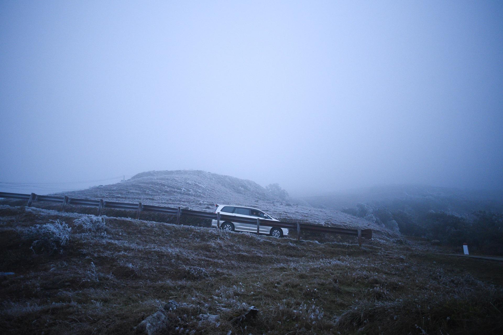 ẢNH: Nhiều người lên đỉnh Mẫu Sơn xem băng tuyết gây ùn tắc giao thông - Ảnh 10.
