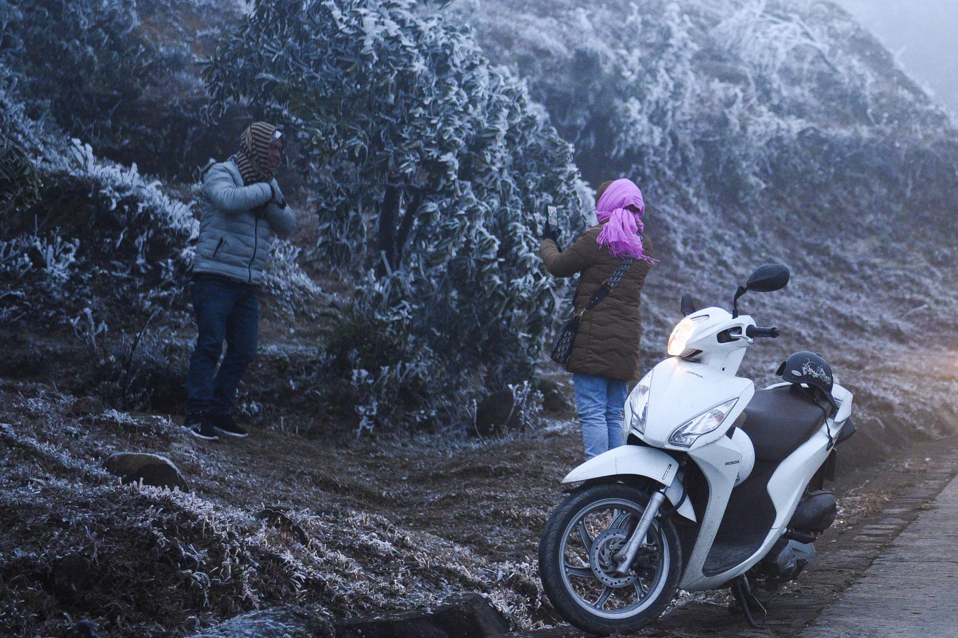 ẢNH: Nhiều người lên đỉnh Mẫu Sơn xem băng tuyết gây ùn tắc giao thông - Ảnh 1.