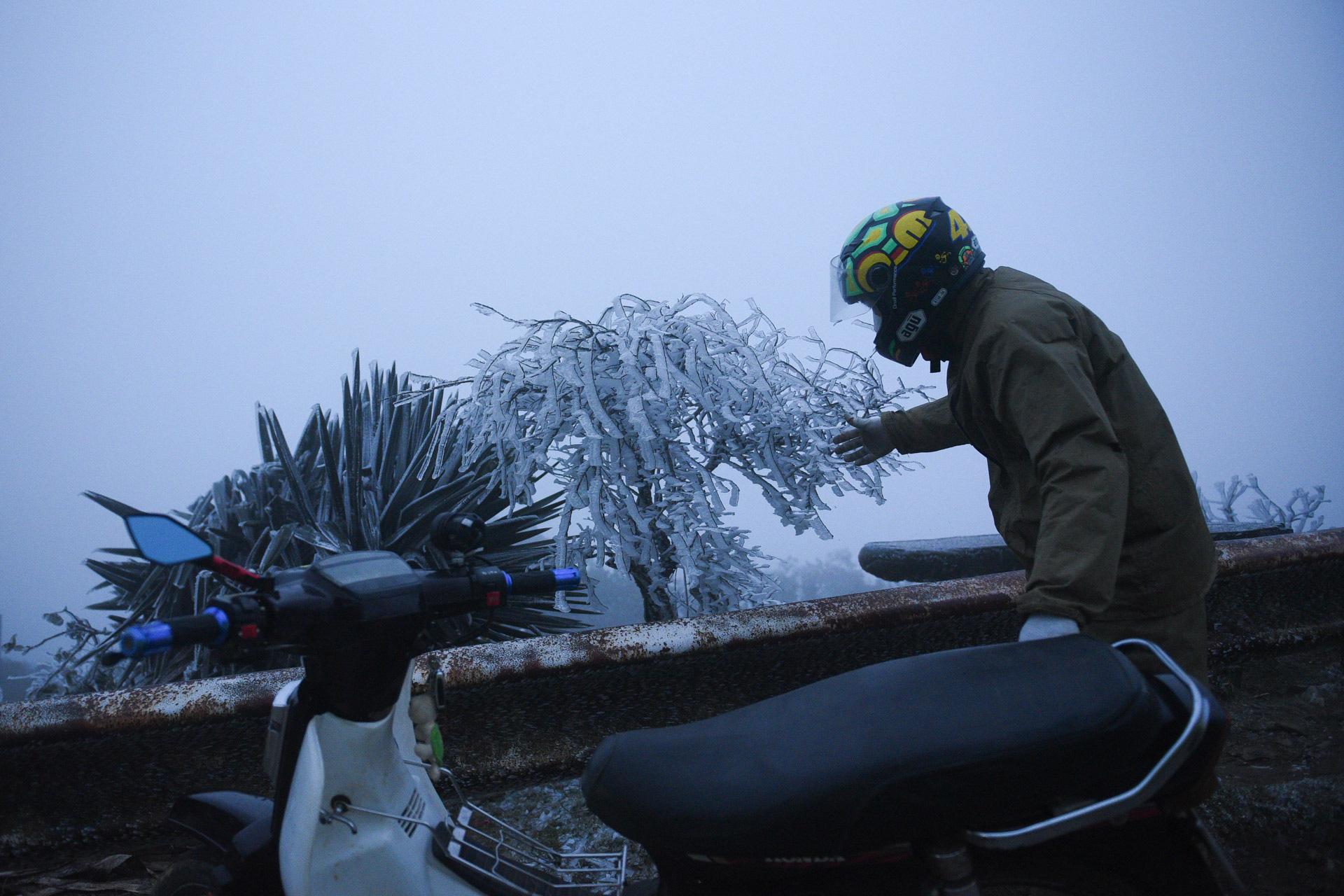 ẢNH: Nhiều người lên đỉnh Mẫu Sơn xem băng tuyết gây ùn tắc giao thông - Ảnh 7.