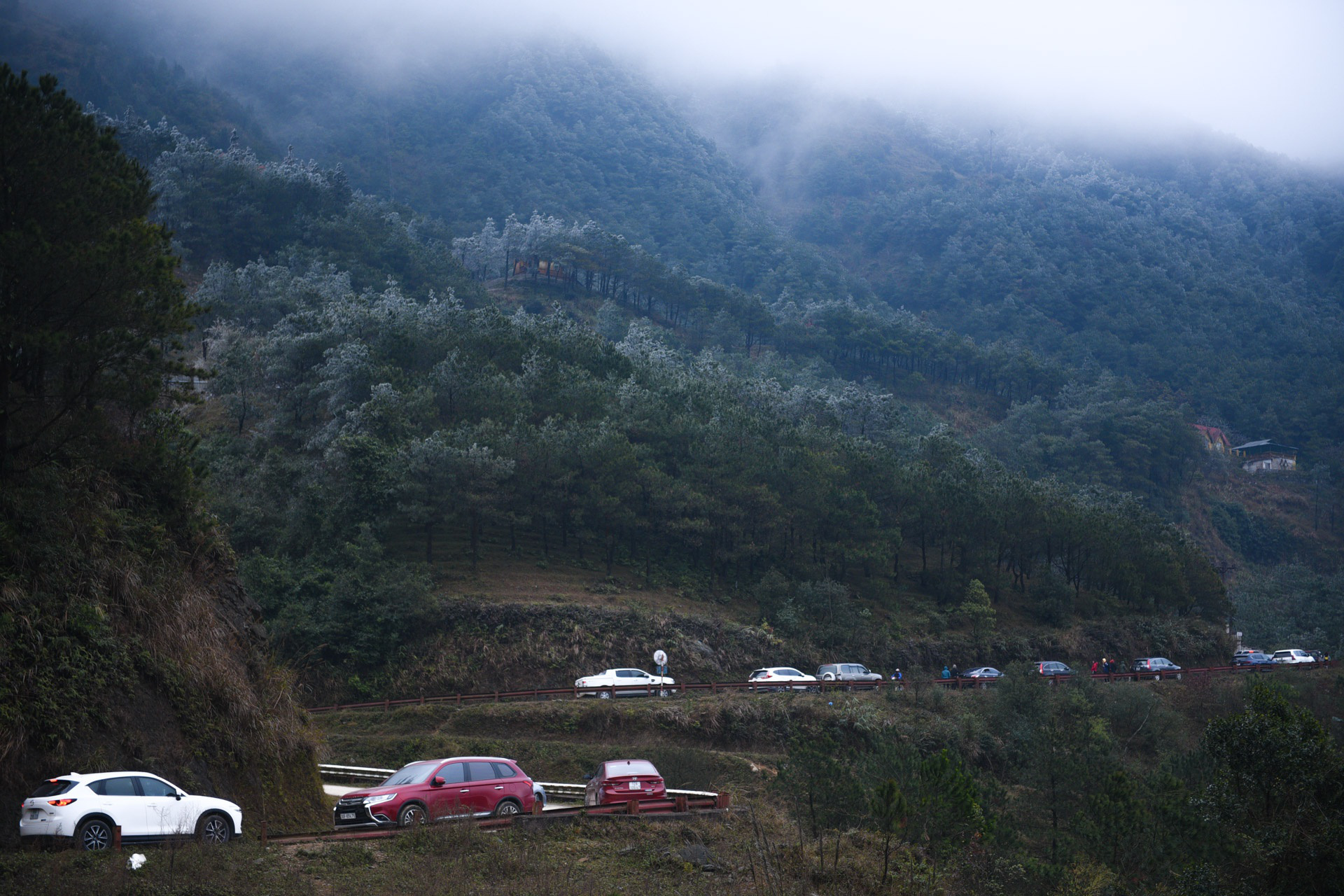 ẢNH: Nhiều người lên đỉnh Mẫu Sơn xem băng tuyết gây ùn tắc giao thông - Ảnh 2.